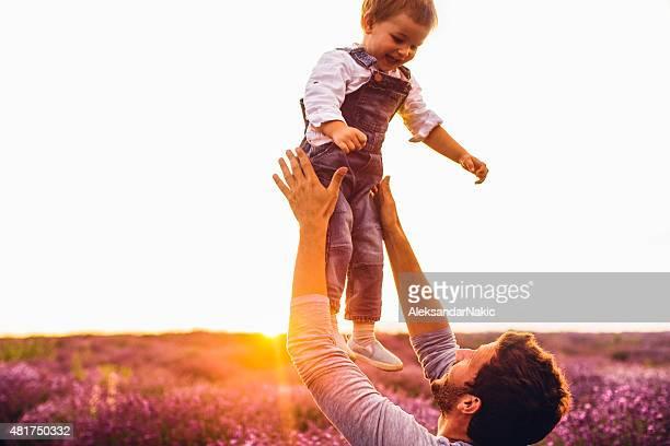 Jungen im Lavendel Feld