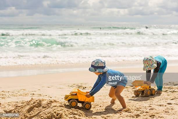 Garçon creuser dans le sable à la plage
