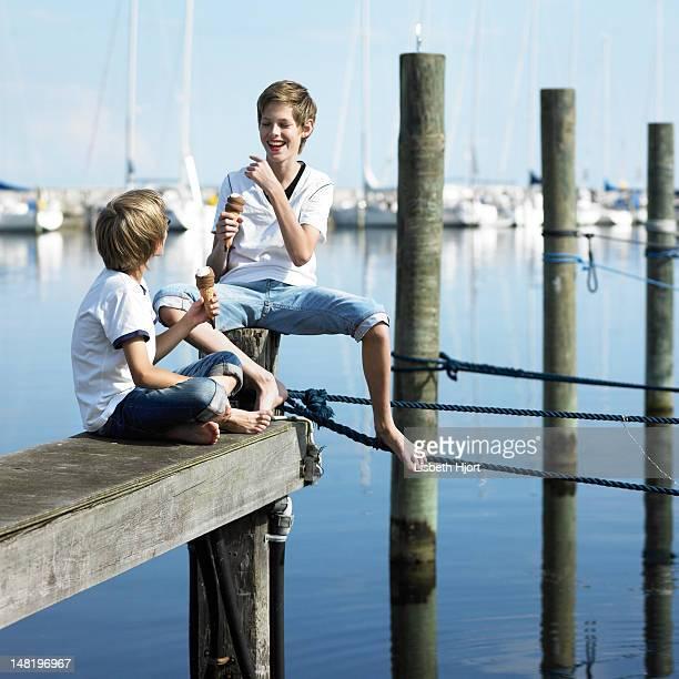 Jungen Essen Eis am pier