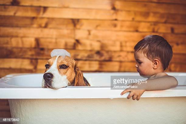 Jungen in der Badewanne