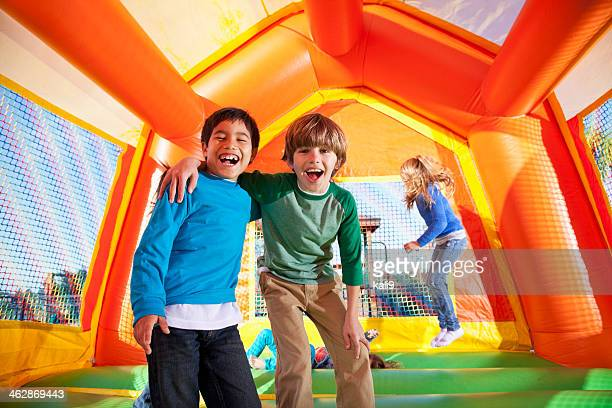 Jungen in bounce house