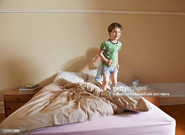 Boys jumping on parentsÍ bed