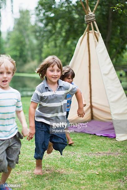 Ragazzi che giocano insieme all'aperto