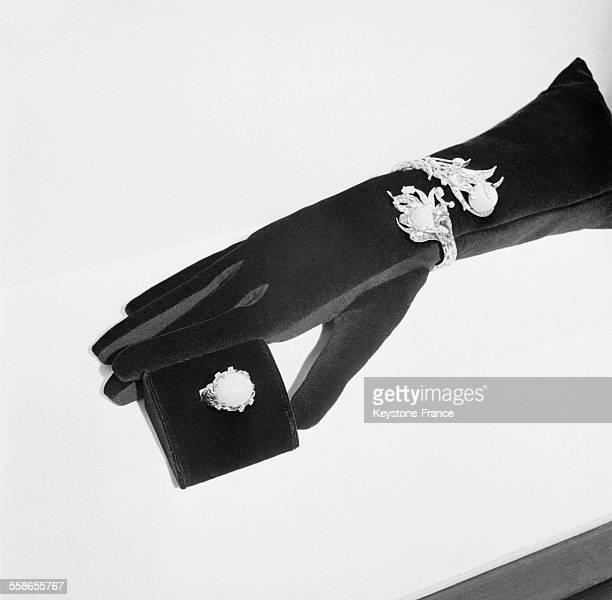 Bracelet et bague Boucheron idée de cadeaux à Paris France le 5 décembre 1959