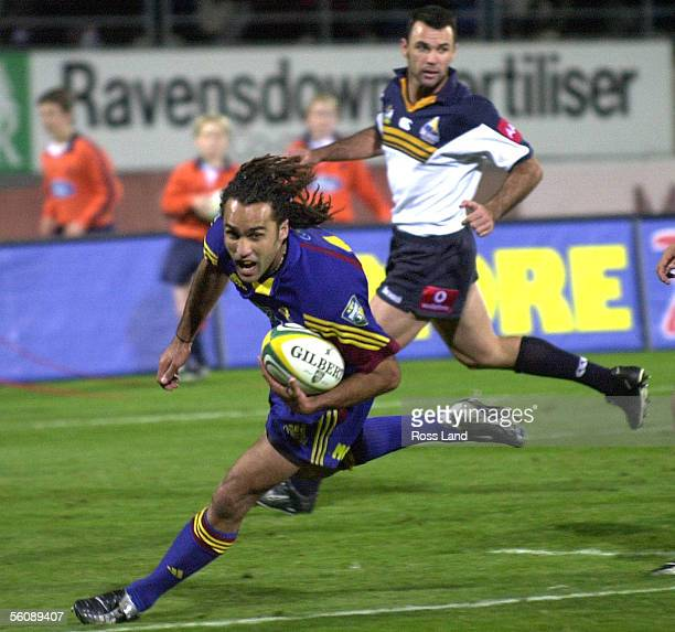 The Highlanders Jamie Mackintosh Tackles The Blues Peter: Super12 Stock Photos And Pictures