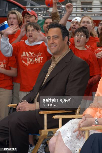Brad Garrett from 'Everybody Loves Raymond' during 'Survivor' Winner Tom Weston and the Cast of 'Everybody Loves Raymond' Visit 'The Early Show' May...