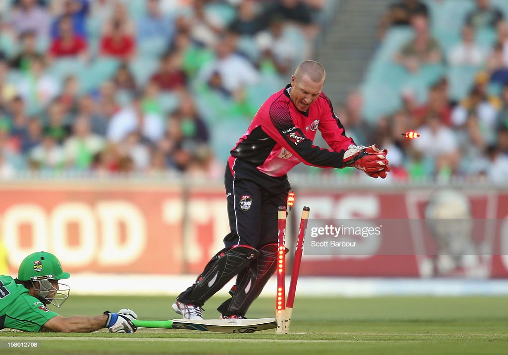 <a gi-track='captionPersonalityLinkClicked' href=/galleries/search?phrase=Brad+Haddin&family=editorial&specificpeople=193800 ng-click='$event.stopPropagation()'>Brad Haddin</a> of the Sixers unsuccessfully attempts to run out <a gi-track='captionPersonalityLinkClicked' href=/galleries/search?phrase=Glenn+Maxwell&family=editorial&specificpeople=752174 ng-click='$event.stopPropagation()'>Glenn Maxwell</a> of the Stars during the Big Bash League match between the Melbourne Stars and the Sydney Sixers at Melbourne Cricket Ground on December 21, 2012 in Melbourne, Australia.