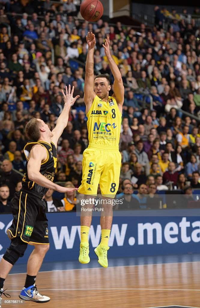 Brad Loesing of the MHP Riesen Ludwigsburg and Ismet Akpinar of ALBA Berlin during the game between Alba Berlin and the MHP Riesen Ludwigsburg on february 6, 2016 in Berlin, Germany.