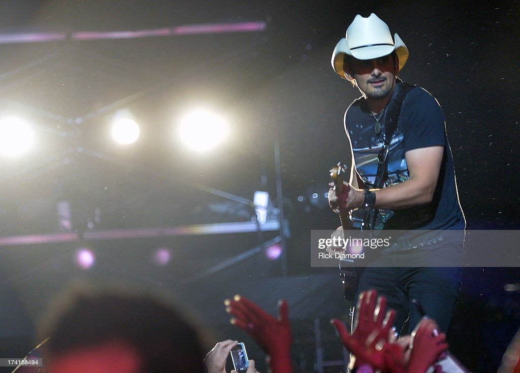 <a gi-track='captionPersonalityLinkClicked' href=/galleries/search?phrase=Brad+Paisley&family=editorial&specificpeople=206616 ng-click='$event.stopPropagation()'>Brad Paisley</a> performs at Country Thunder - Twin Lakes, Wisconsin - Day 3 on July 20, 2013 in Twin Lakes, Wisconsin.