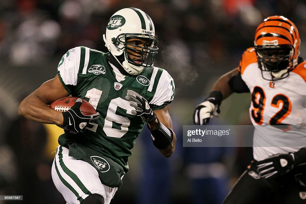 Brad Smith #16 of the New York Jets runs in a touchdown in the second quarter against Frostee Rucker #92 of the Cincinnati Bengals at Giants Stadium on January 3, 2010 in East Rutherford, New Jersey.