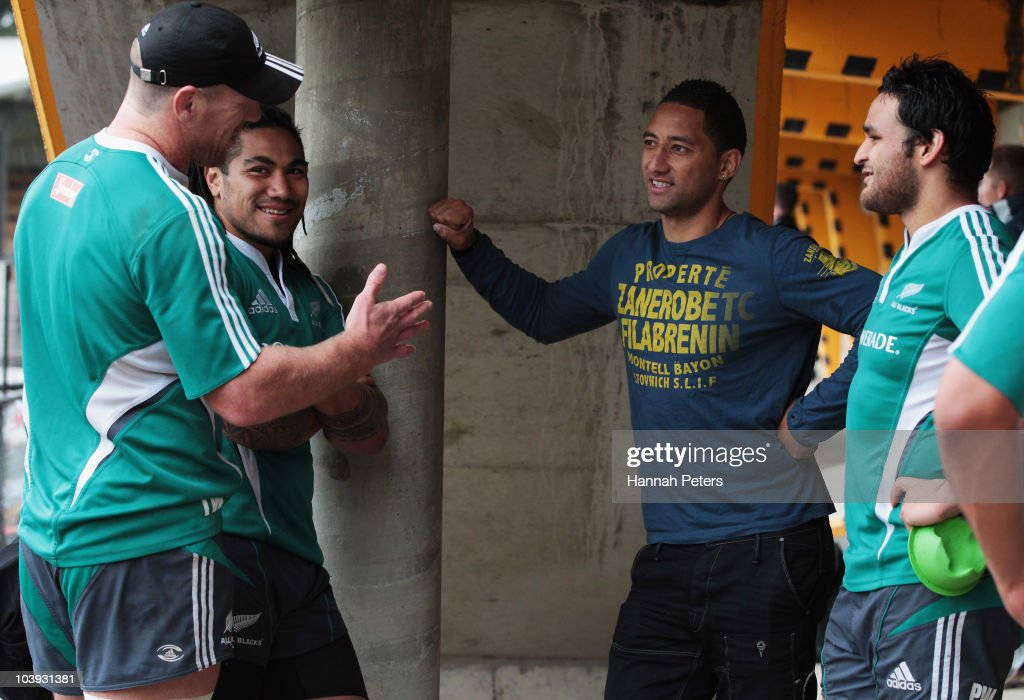 Brad Thorn Ma'a Nonu and Piri Weepu meet New Zealand rugby league player Benji Marshall after a New Zealand All Blacks training session at Leichhardt...