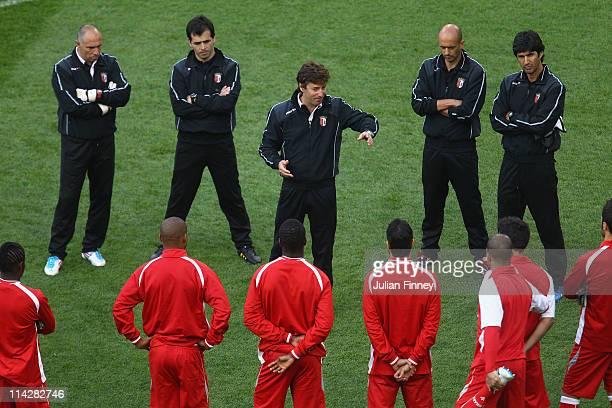 Braga Head Coach Fernando Couto and his coaching staff talk to his players during a SC Braga training session ahead of their UEFA Europa League Final...