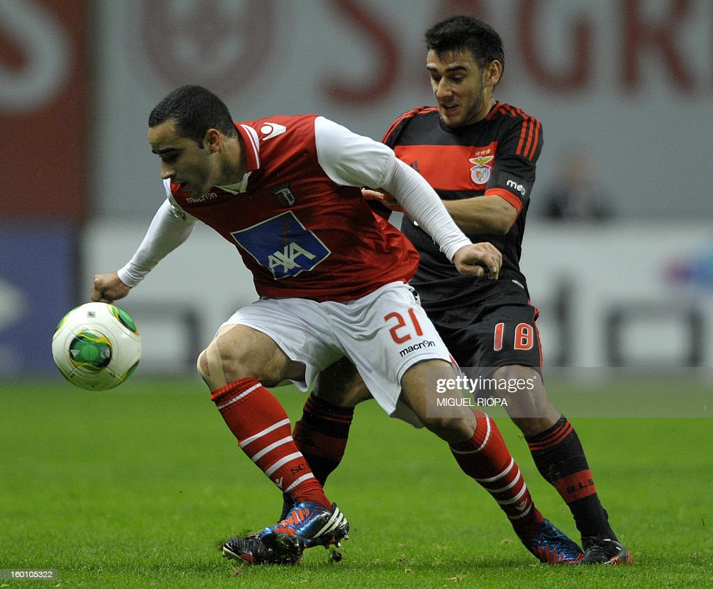 SC Braga's Brazilian defender Ismaily dos Santos (L) vies with Benfica's Argtentinian forward Eduardo Salvio during the Portuguese league football match SC Braga vs SL Benfica at the AXA Stadium in Braga on January 26, 2013.