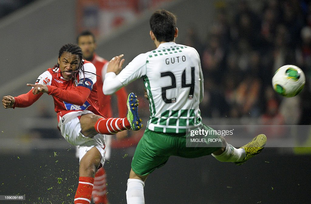 SC Braga's Brazilian forward Alan Silva (L) kickls the ball next Moreirense's defender Augusto during the Portuguese league football match SC Braga vs Moreirense FC at the AXA stadium in Braga on January 6, 2013. Braga won 1-0. AFP PHOTO/ MIGUEL RIOPA