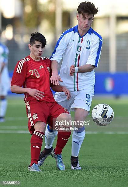 Brahim Diaz of Spain and Andrea Pinamonti of Italy in action during the international friendly match between Italy U17 and Spain U17 on January 20...