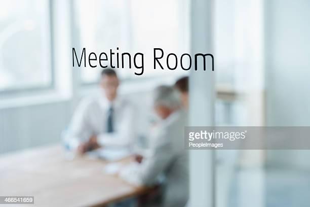 Brainstorming-Sitzung hinter diesen Türen.
