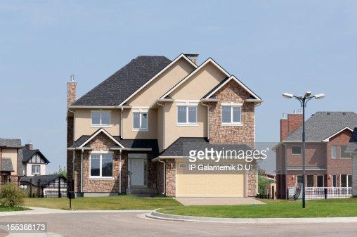 Nouvelle maison dans la banlieue dans le soleil de l'après-midi d'été.