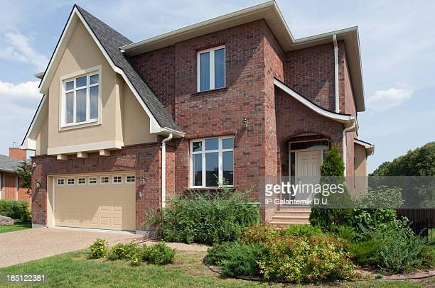 Brand new suburban house im sonnigen Sommer Nachmittag.