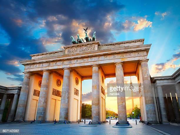 Brandenburg puerta y la torre de televisión en Berlín