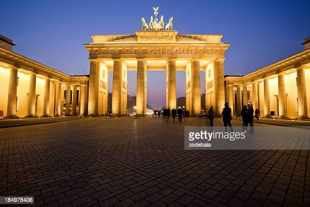 Brandenburg Gate in der Abenddämmerung, ein Wahrzeichen von Berlin, Deutschland