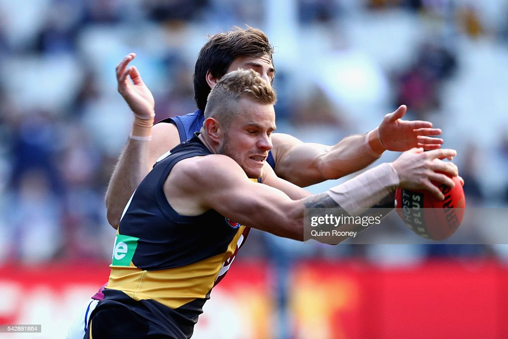 Brandon Ellis of the Tigers attempts to mark infront of Sam Mayes of the Lions during the round 14 AFL match between the Richmond Tigers and the Brisbane Lions at Melbourne Cricket Ground on June 25, 2016 in Melbourne, Australia.