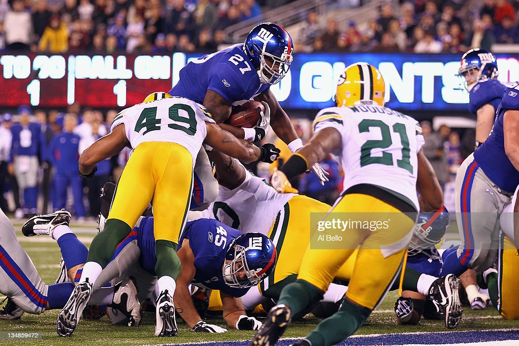 Brandon Jacobs #27 of the New York Giants scores a 1-yard rushing touchdown in the second quarter against the Green Bay Packers at MetLife Stadium on December 4, 2011 in East Rutherford, New Jersey.