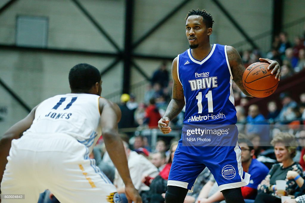 <a gi-track='captionPersonalityLinkClicked' href=/galleries/search?phrase=Brandon+Jennings+-+Jogador+de+basquete&family=editorial&specificpeople=6022589 ng-click='$event.stopPropagation()'>Brandon Jennings</a> #11 of the Grand Rapids Drive looks to pass the ball against Lazeric Jones #11 of the Iowa Energy during the second half of an NBA D-League game on December 19, 2015 at the DeltaPlex Arena in Grand Rapids, Michigan.
