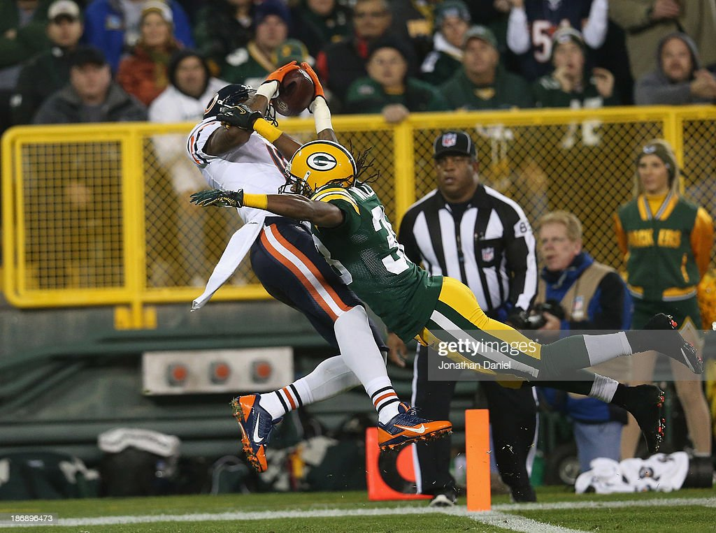 Brandon Marshall #15 of the Chicago Bears catches a pass for a touchdown in the first quarter against <a gi-track='captionPersonalityLinkClicked' href=/galleries/search?phrase=Tramon+Williams&family=editorial&specificpeople=749225 ng-click='$event.stopPropagation()'>Tramon Williams</a> #38 of the Green Bay Packers at Lambeau Field on November 4, 2013 in Green Bay, Wisconsin.