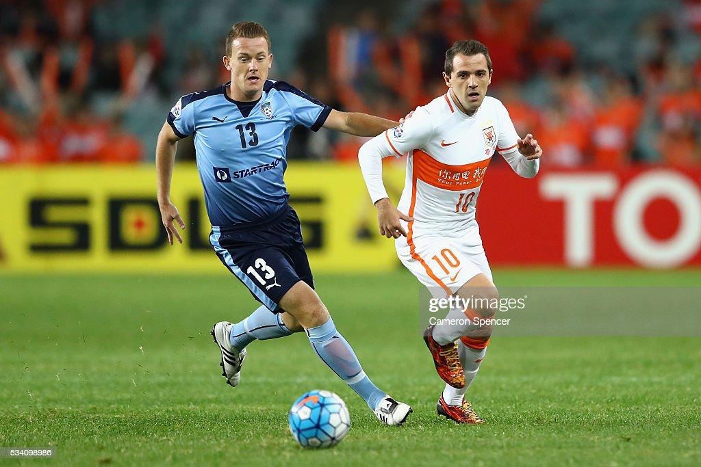 Brandon ONeill of Sydney FC and Walter Montillo of Shandong Luneng contest the ball during the AFC Asian Champions League match between Sydney FC and Shandong Luneng at Allianz Stadium on May 25, 2016 in Sydney, Australia.