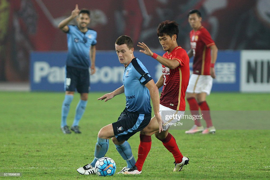 Brandon O'Neill of Sydney in action against Liao Lisheng of Guangzhou Evergrande during the AFC Asian Champions League match between Guangzhou Evergrande FC and Sydney FC at Tianhe Stadium on May 3, 2016 in Guangzhou, China.