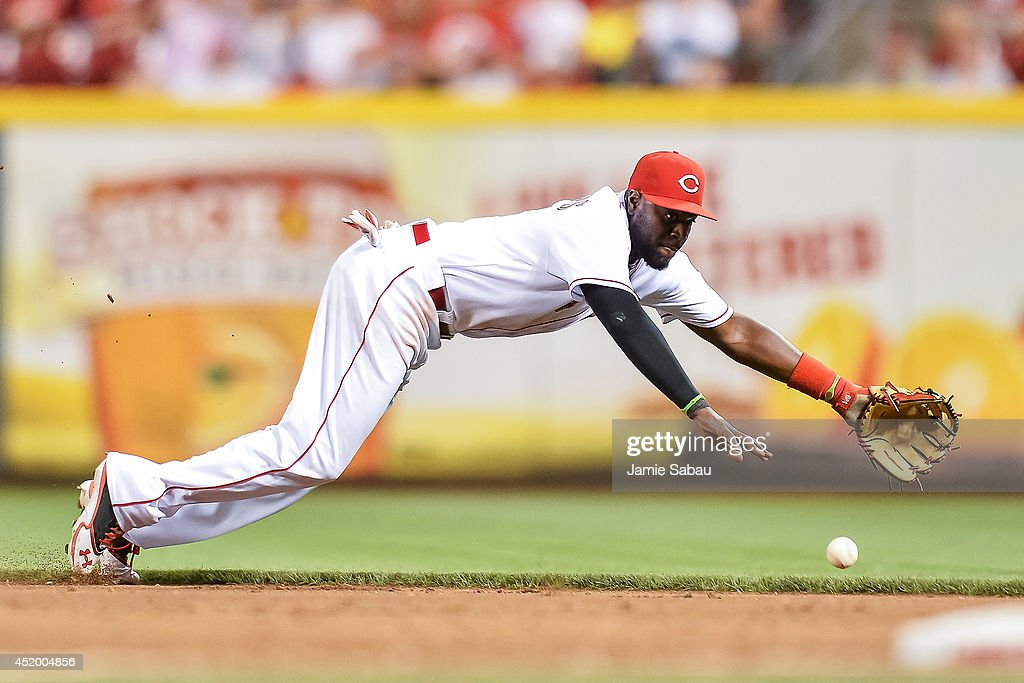 Brandon Phillips #4 of the Cincinnati Reds fields a ground ball against the Chicago Cubs at Great American Ball Park on July 9, 2014 in Cincinnati, Ohio.