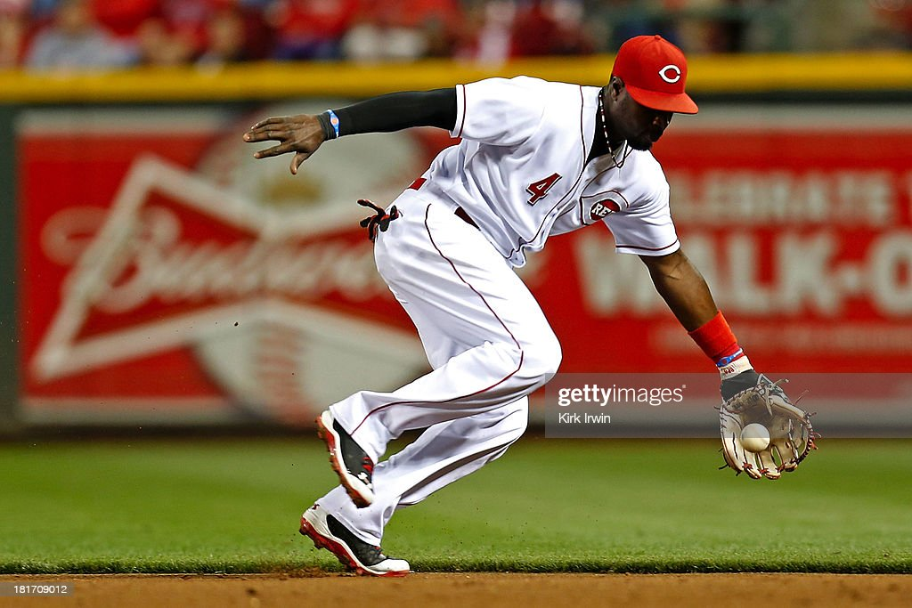 Brandon Phillips #4 of the Cincinnati Reds fields a ground ball from Eric Young #22 of the New York Mets at Great American Ball Park on September 23, 2013 in Cincinnati, Ohio. Cincinnati defeated New York 3-2 in 10 innings.