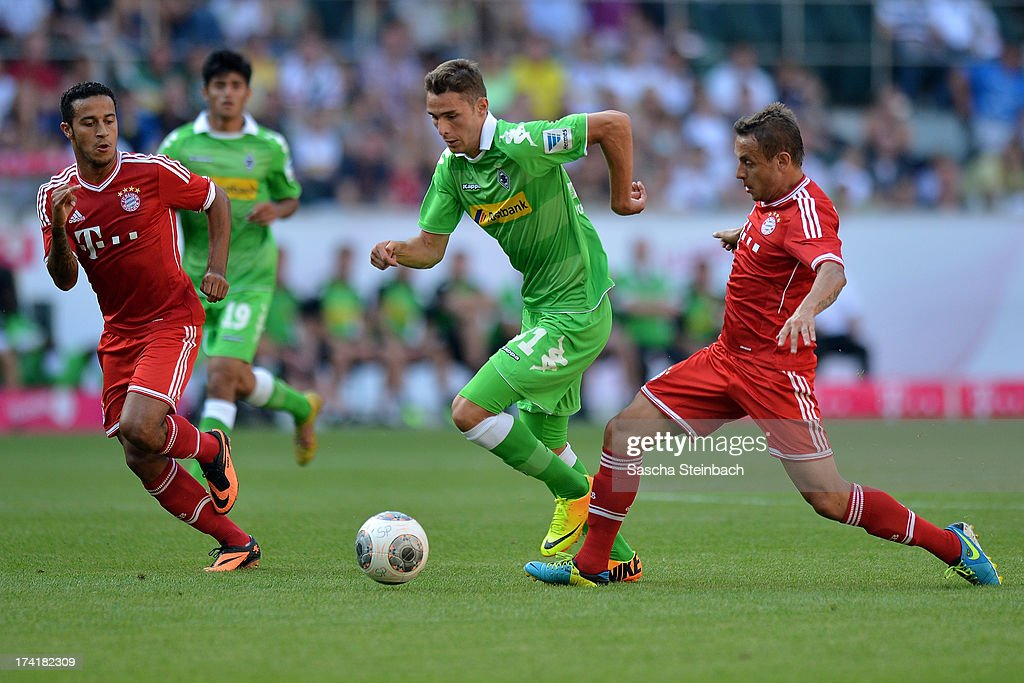 Branimir Hrgota (C) of Moenchengladbach vies with <a gi-track='captionPersonalityLinkClicked' href=/galleries/search?phrase=Rafinha+-+Fu%C3%9Fballspieler+-+rechter+Au%C3%9Fenverteidiger+-+Jahrgang+1985&family=editorial&specificpeople=634874 ng-click='$event.stopPropagation()'>Rafinha</a> (R) and Thiago Alcantara (L) of Muenchen during the Telekom Cup 2013 final match between Borussia Moenchengladbach and FC Bayern Muenchen at Borussia-Park on July 21, 2013 in Moenchengladbach, Germany.