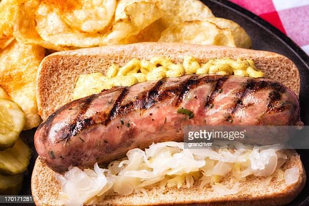 Bratwurst mit Senf und Saurkraut