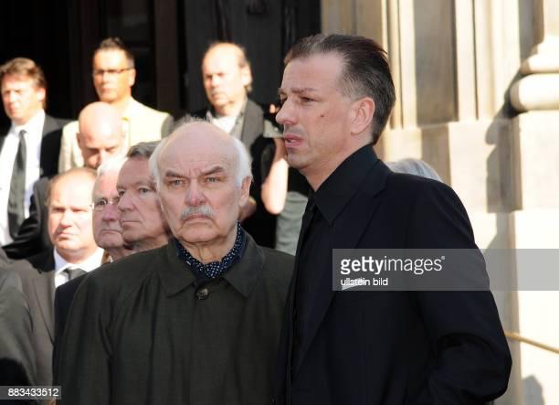 Brauer Charles Schauspieler D ExEhemann mit Sohn Florian anlaesslich Witta Pohls Trauerfeier in der St Michaeliskirche in Hamburg