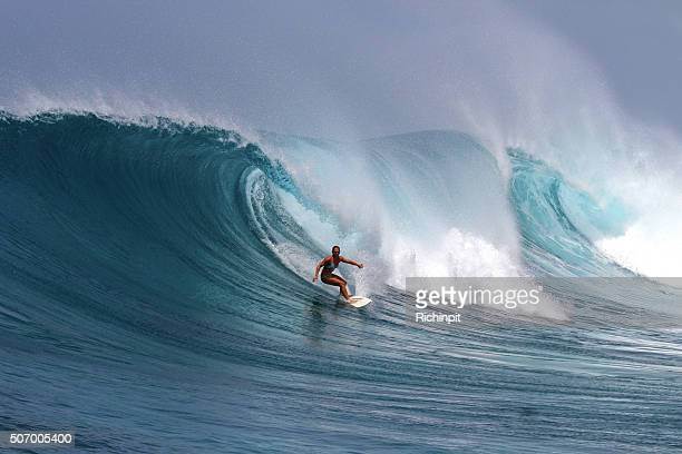 Mulher corajosa surfs uma grande onda poderoso
