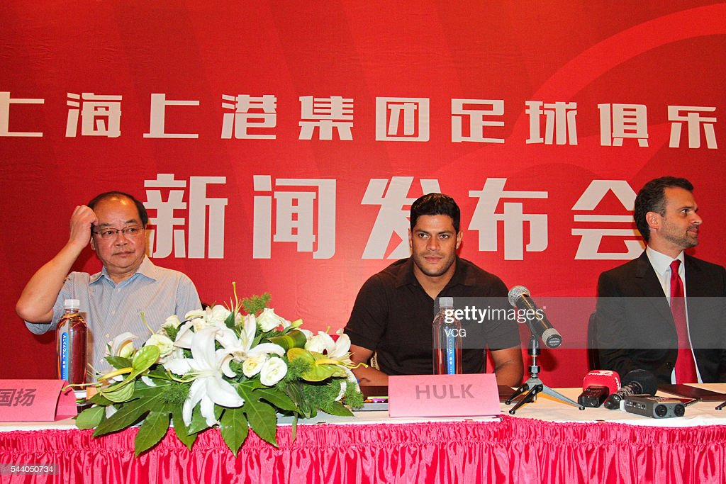 Brazil international Brazilian striker Givanildo Vieira de Sousa, better known as Hulk (C) and Shanghai SIPG's general manager Sui Guoyang (L) attend a press conference on July 1, 2016 in Shanghai, China. Brazilian soccer player Hulk has signed contact with Chinese Super League outfit Shanghai SIGP on June 30 with a No. 8 shirt.