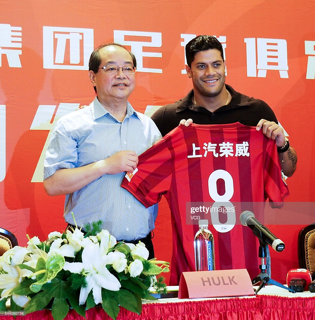Brazil international Brazilian striker Givanildo Vieira de Sousa, better known as Hulk (R) and Shanghai SIPG's general manager Sui Guoyang pose a photograph during a press conference on July 1, 2016 in Shanghai, China. Brazilian soccer player Hulk has signed contact with Chinese Super League outfit Shanghai SIGP on June 30 with a No. 8 shirt.