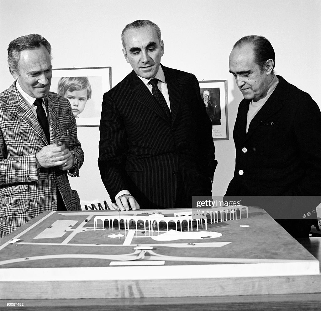 Brazilian architect <a gi-track='captionPersonalityLinkClicked' href=/galleries/search?phrase=Oscar+Niemeyer&family=editorial&specificpeople=161539 ng-click='$event.stopPropagation()'>Oscar Niemeyer</a> (Oscar Ribeiro de Almeida Niemeyer Soares Filho) and Italian publisher Giorgio Mondadori seeing the Palazzo Mondadori scale model. The Italian publisher Giorgio Mondadori has recently commissioned the architect to build the new headquarters of Gruppo Mondadori. Segrate, 1968