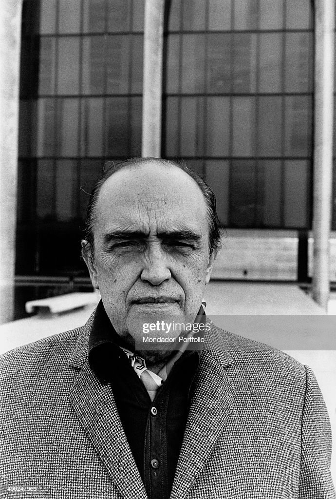 Brazilian architect <a gi-track='captionPersonalityLinkClicked' href=/galleries/search?phrase=Oscar+Niemeyer&family=editorial&specificpeople=161539 ng-click='$event.stopPropagation()'>Oscar Niemeyer</a> posing outside the Mondadori Palace he designed. Segrate, 1976