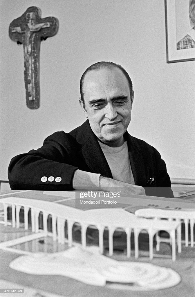 'Brazilian architect <a gi-track='captionPersonalityLinkClicked' href=/galleries/search?phrase=Oscar+Niemeyer&family=editorial&specificpeople=161539 ng-click='$event.stopPropagation()'>Oscar Niemeyer</a> (Oscar Ribeiro de Almeida Niemeyer Soares Filho) seeing the Palazzo Mondadori scale model. The Italian publisher Giorgio Mondadori has recently commissioned the architect to build the new headquarters of Gruppo Mondadori. Segrate, 1968 (Photo by Mondadori Portfolio via Getty Images)'