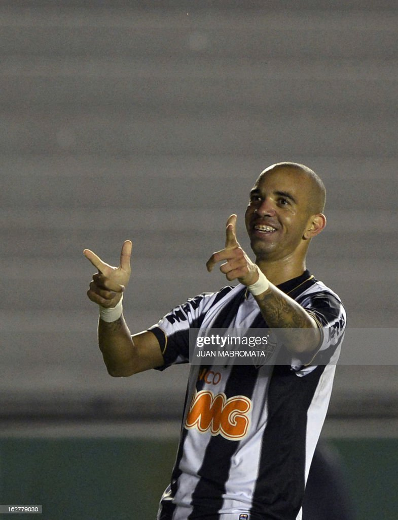 Brazilian Atletico Mineiro's forward Diego Tardelli celebrates after scoring the team's second goal against Argentina's Arsenal FC during their Copa Libertadores 2013 group 3 football match at Arsenal stadium in Sarandi, Buenos Aires, Argentina, on February 26, 2013. AFP PHOTO / Juan Mabromata