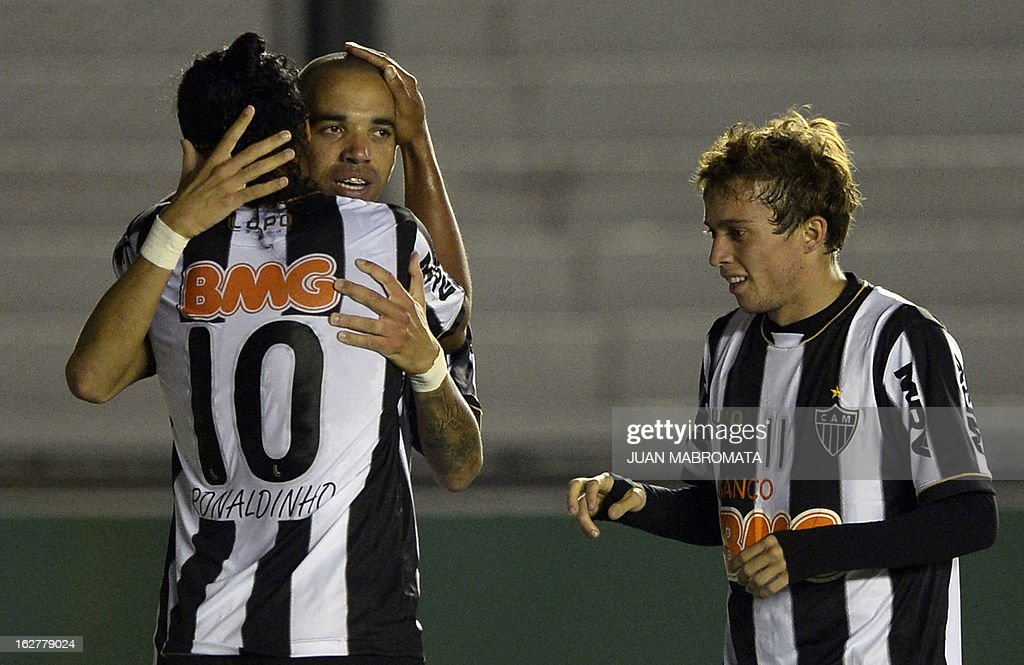 Brazilian Atletico Mineiro's forward Diego Tardelli (C) celebrates with teammates midfielder Ronaldinho (L) and forward Bernard after scoring the team's second goal against Argentina's Arsenal FC during their Copa Libertadores 2013 group 3 football match at Arsenal stadium in Sarandi, Buenos Aires, Argentina, on February 26, 2013. AFP PHOTO / Juan Mabromata