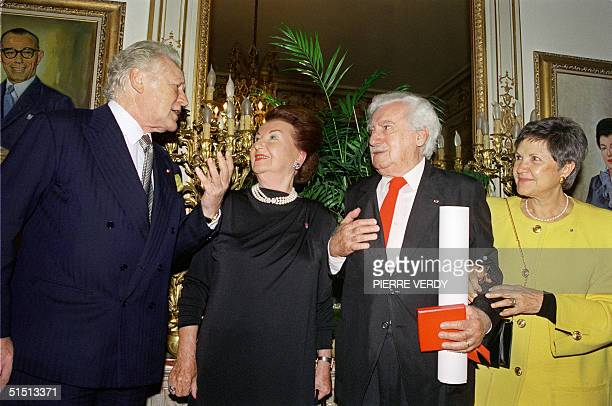 Brazilian author Jorge Amado winner of the 1990 Cino del Duca International Prize speeks 23 October 1990 in Paris with the president of the jury...