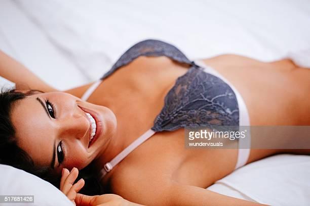 Brasilianische babe mit großen boobs ist, lächelt in die Kamera.