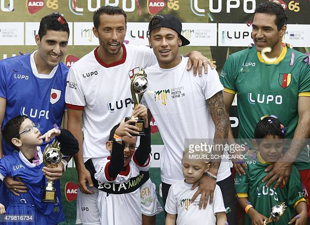 Brazilian Barcelona player Neymar poses with children with different capabilities and professional athletes taking part in the project 'Bota do...