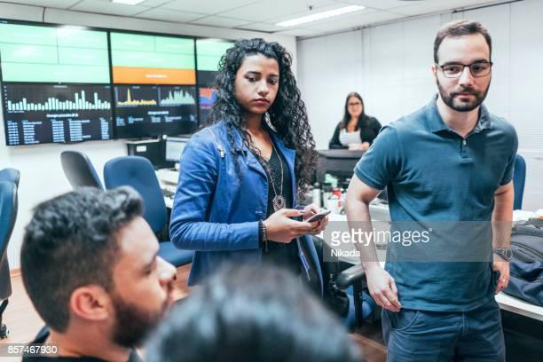 Brasilianische Geschäftsleute sprechen im Büro
