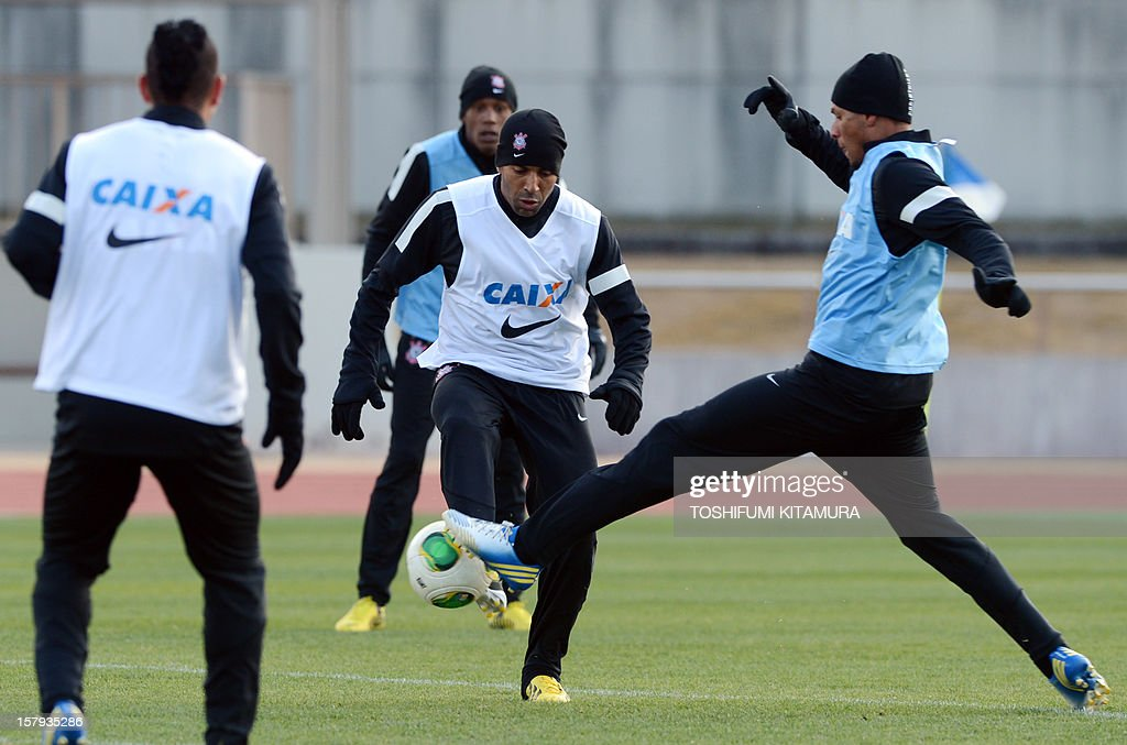 Brazilian club team Corinthians captain and forward Emerson (C) fights for the ball during the team's training session in Kariya, Aichi prefecture on December 8, 2012 while participating in the FIFA Club World Cup in Japan 2012. The ninth edition of the FIFA Club World Cup football tournament is taking place from December 6 to 16. AFP PHOTO / TOSHIFUMI KITAMURA
