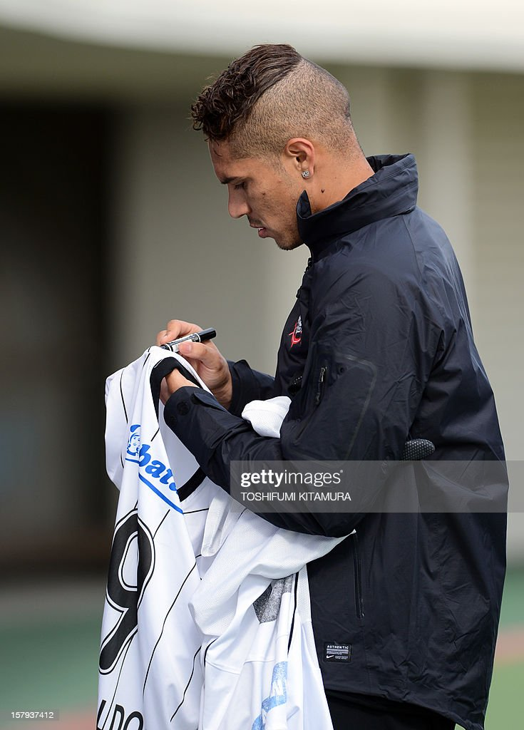 Brazilian club team Corinthians forward Paolo Guerrero signs his autograph for supporters after the team's football training session in Kariya, Aichi prefecture on December 8, 2012 while participating in the FIFA Club World Cup in Japan 2012. The ninth edition of the FIFA Club World Cup football tournament is taking place from December 6 to 16.