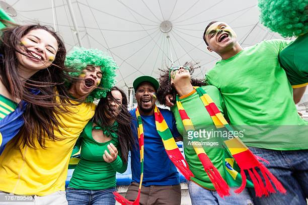 Brasilianischen fans springen und singen im football-Stadion